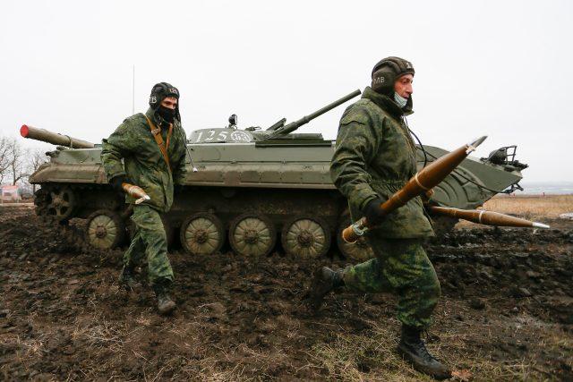 Proruští ozbrojenci samozvané Doněcké lidové republiky během vojenského cvičení nedaleko města Gorlivka na Ukrajině | foto: Fotobanka Profimedia