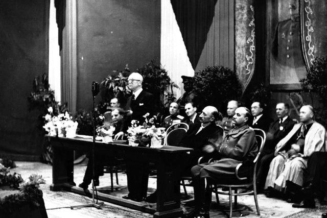 Edvard Beneš při projevu v košickém divadle po přijetí Košického vládního programu