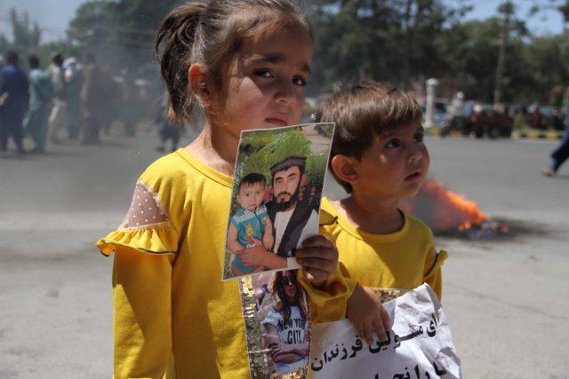 Děti afghánského vojáka,  kterého zadržel Tálibán   foto: Profimedia