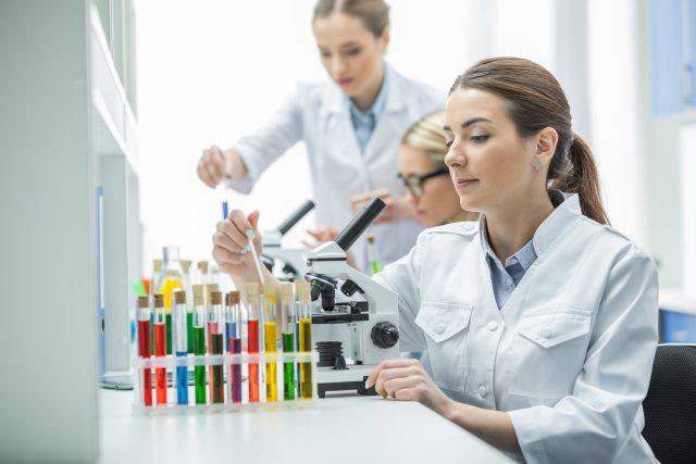 Ženy vědkyně, laboratoř, zkumavky, výzkum, biologie, mikroskop, věda. Ilustrační foto