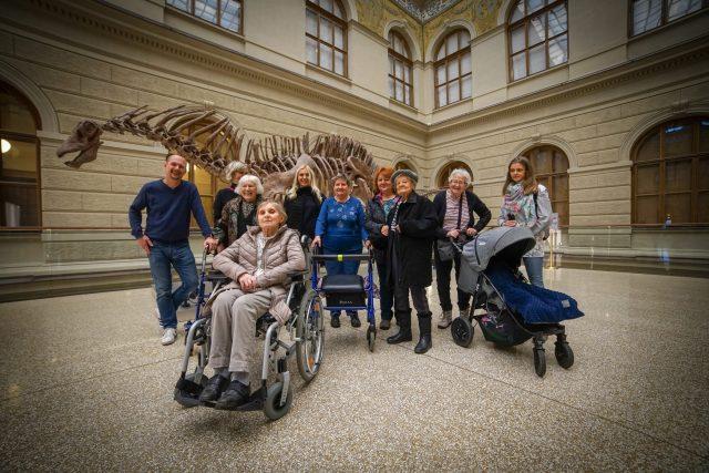 Petr Král vzal seniorky z pražského denního stacionáře na prohlídku Národního muzea
