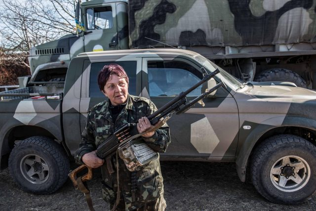 Donbas, Ukrajina (A female fighter with the Donbas Battalion unloads weapons from a truck in eastern Ukraine)