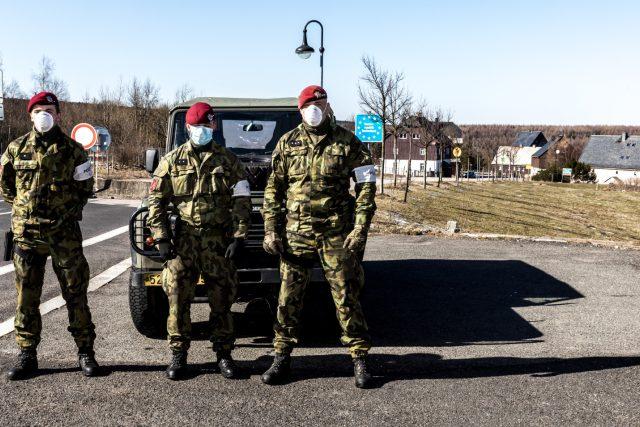Armáda a policie střeží česko-německý hraniční přechod Cínovec-Zinnwald na Teplicku