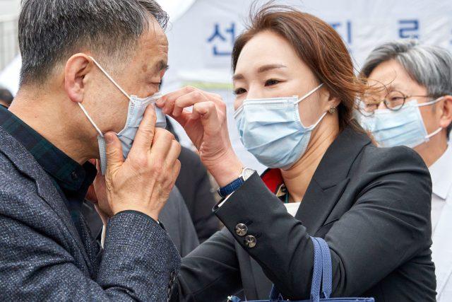 Jihokorejská ministryně zdravotnictví Park Neung-hoo během návštěvy lékařského centra Boramae v Soulu. Jižní Korea dosud hlásí čtyři nakažené koronavirem