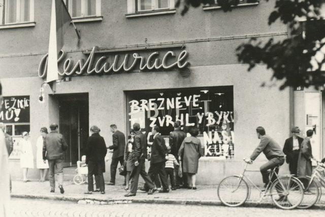 22.srpna 1968 .Srpen 1968, okupace Československa sovětskou armádou. Popsané výlohy v Karviné na protest okupace sovětskou armádou