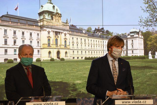 Ministr zdravotnictví Adam Vojtěch  (vpravo) a jeho náměstek Roman Prymula na tiskové konferenci po jednání vlády | foto: Michal Krumphanzl,  ČTK