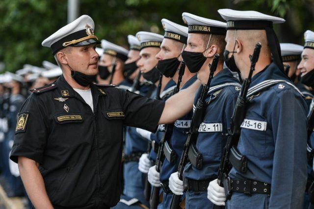 Ruská armáda nacvičuje vojenskou přehlídku u příležitosti 75. výročí konce druhé světové války