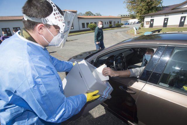 Instruktážní video, jak mají lidé v karanténě volit z auta