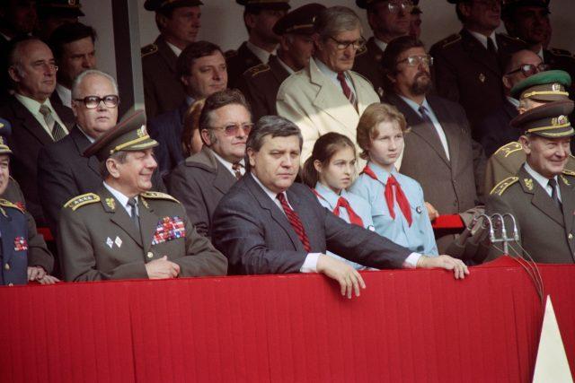 Miroslav Štěpán (v popředí uprostřed) během vojenské přehlídky, 28. října 1989