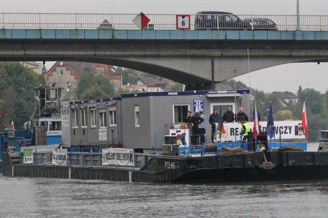 Loď, která připlouvá do přístavu v polském městě Krapkowice, propaguje stavbu vodního kanálu Odra-Dunaj-Labe