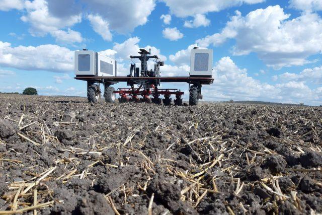 Autonomní roboty se začínají objevovat na polích včetně zemědělství východních Čech | foto: Václav Jirka