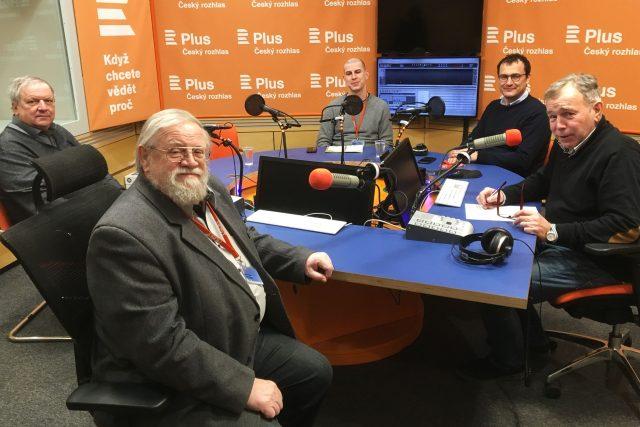 U kulatého stolu sedí zleva sociolog Jan Hartl, filozof Daniel Kroupa (v popředí), novináři Jan Gruber, Dalibor Balšínek a moderátor Jan Vávra