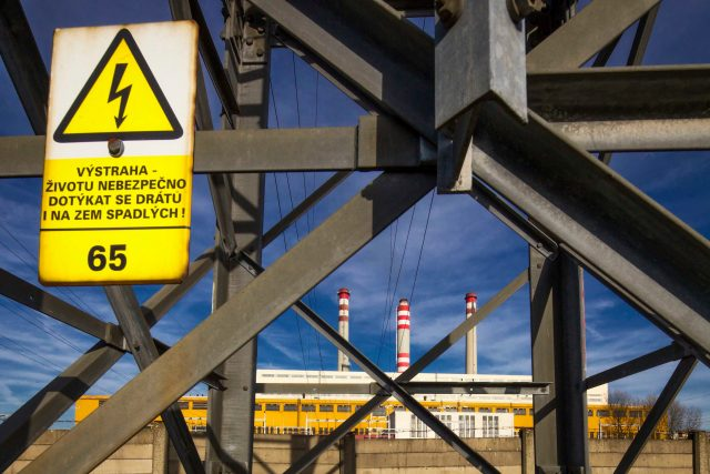 Stožár velmi vysokého napětí u elektrárny Opatovice | foto: Radek Kalhous,  MAFRA / Profimedia
