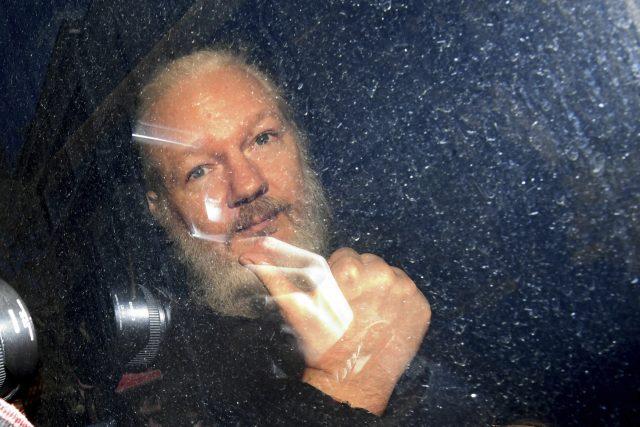 Assange nebyl vězeň,  a už vůbec ne politický. Vybral si úkryt na velvyslanectví sám. Jeho druhou možností bylo vysvětlit vyšetřovatelům vlastní chování,  které přimělo dvě Švédky,  aby ho obvinily ze sexuálního útoku | foto: ČTK/AP/Victoria Jones