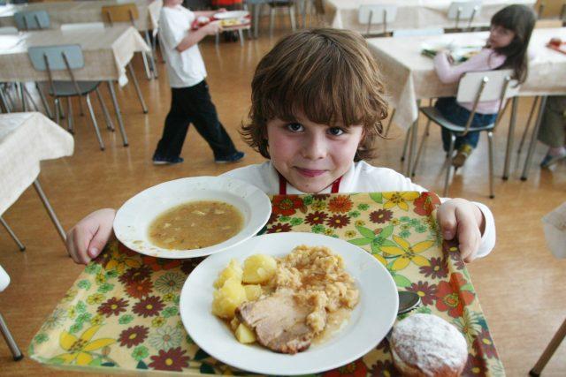 školní jídelna, oběd