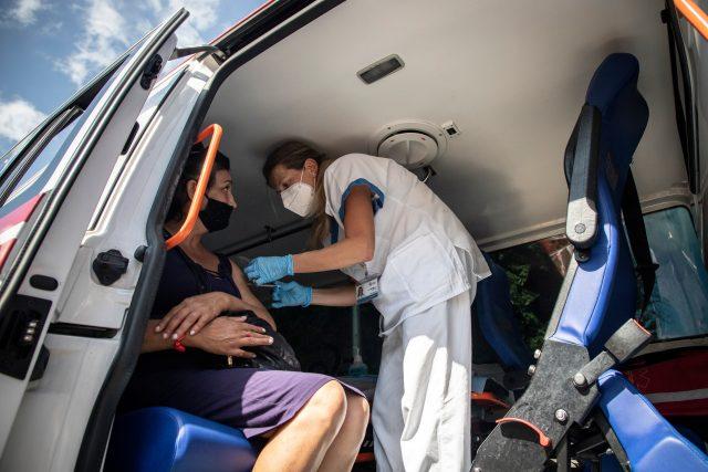 Ačkoli počty nakažených rostou,  zájem o očkování klesá. Co proti tomu chtějí udělat strany kandidující ve volbách?   foto: Adolf Horsinka,  MAFRA / Profimedia