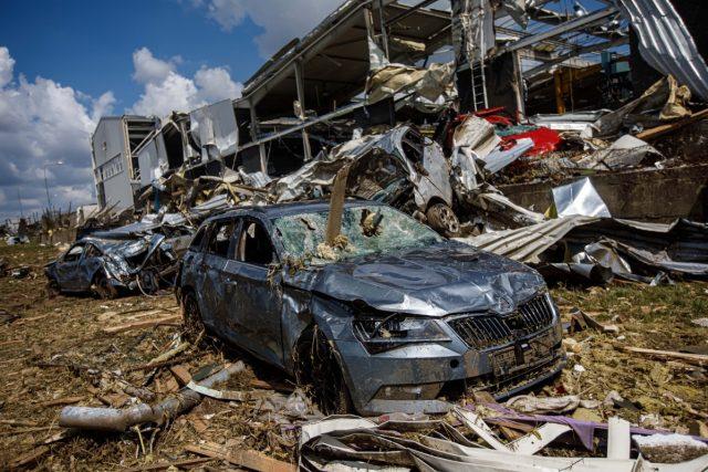 Hasiči odstraňují následky po ničivém tornádu v Mikulčicích | foto: HZS KHK/Michal Fanta