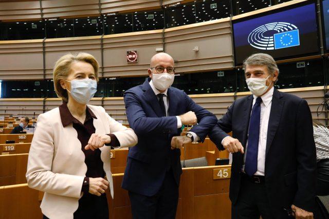 Předsedkyně Evropské komise Ursula von der Leyenová, předseda Evropské rady Charles Michel a předseda Evropského parlamentu David Sassoli