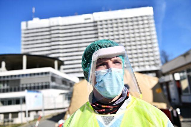 Zdravotník u stanu na měření teploty u FN Bohunice v Brně