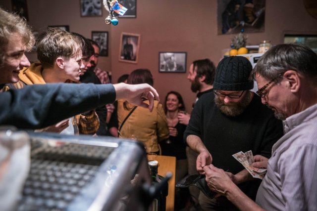 Karel s Gustou. Silvestr 2017 v kavárně Ulité Kafé