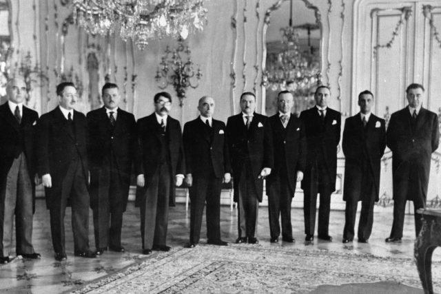 Jaroslav Krejčí  (třetízleva) se stal po Aloisi Eliášovi třetím předsedou protektorátní vlády   foto: Fotobanka Profimedia