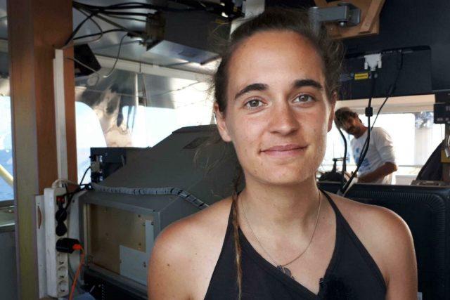 Jednatřicetiletá kapitánka lodi Sea-Watch 3, která bez oprávnění vplula se svou lodí s běženci na palubě do přístavu na italském ostrově Lampedusa,