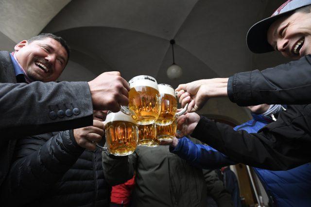 Hosté na předzahrádce restaurace v centru Prahy