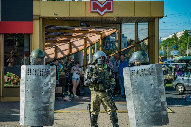 Bělorusko; protesty v ulicích a dozor policistů před vstupem do metra