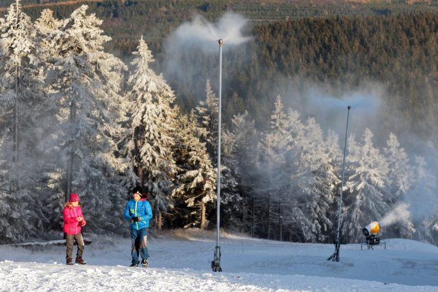 V lyžařském areálu na Klínovci začalo zasněžování sjezdovek | foto: Václav Šlauf,  MAFRA / Profimedia