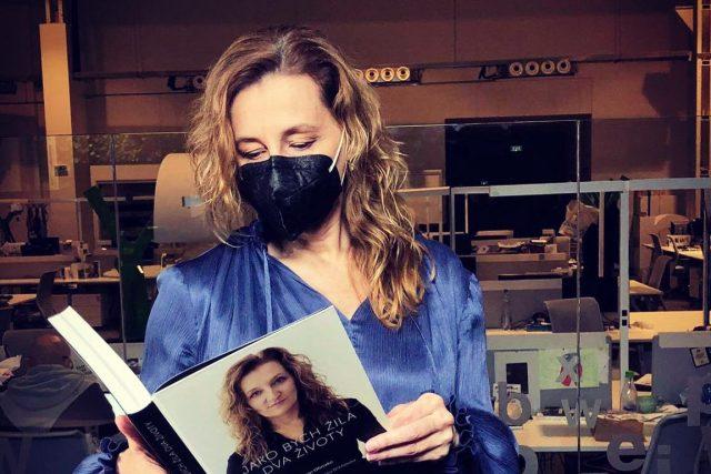 Daniela Drtinová se svojí knihou Jako bych žila dva životy | foto: archiv Daniely Drtinové