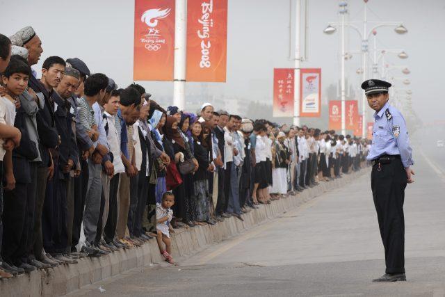 V západočínské provincii Sin-ťiang dochází dlouhodobě k represím příslušníků etnika Ujgurů. The China Cables – uniklé vládní dokumenty – potvrdily existenci masových vězeňských táborů v regionu