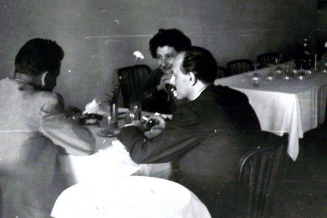 Manželé Pekelští v rozhovoru s pracovníkem Státní bezpečnosti. Ta fotku pořídila pro případnou kompromitaci Pekelských