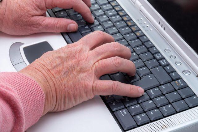 Senior pracuje na počítači (ilustrační foto)