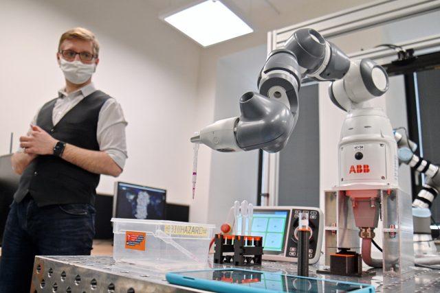 Představení robotického pracoviště na Vysokém učení technickém v Brně