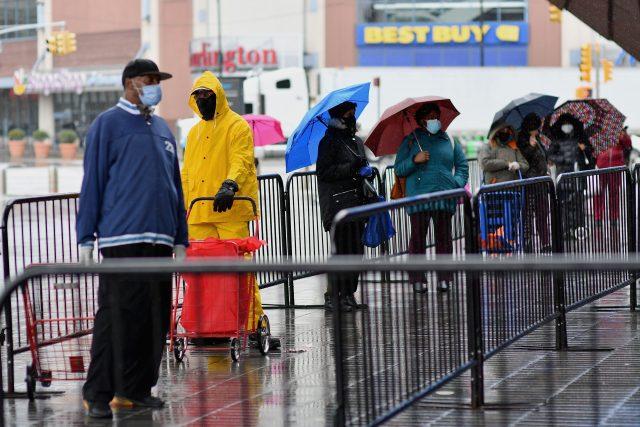 Každá pátá rodina v USA potřebuje potravinovou pomoc; lidé čekají ve frontě v New York City