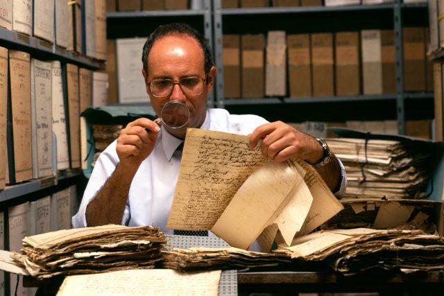 Při pátrání po předcích pomůžou archivy. Buď digitalizované, nebo ty klasické