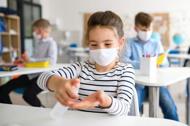Školáci si dezinfikují ruce (ilustrační foto)