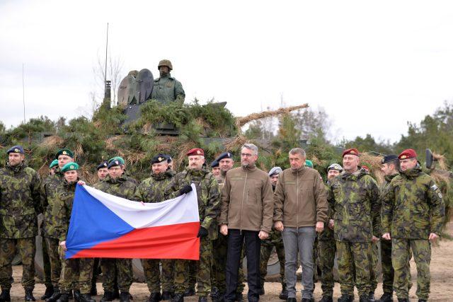 Premiér Andrej Babiš a ministr obrany Lubomír Metnar se sešli s českými vojáky ve Varšavě při oslavách 20. výročí vstupu Česka, Polska a Maďarska do NATO