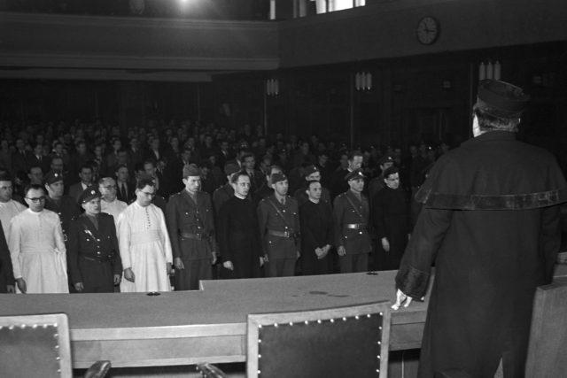 Politický proces se členy řádů. Adolf Kajpr je čtvrtý obžalovaný zleva