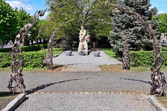 Památníky věnované obětem 1. a 2. světové války na náměstí ve Kdyni na Domažlicku doplnily kované oblouky a na nich růže a lilie. Město si tak připomíná osvobození americkou armádou a konec druhé světové války