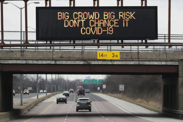 Nápis nad dálnicí v Chicagu: Velký dav je velkým rizikem. Nedejte šanci covidu-19