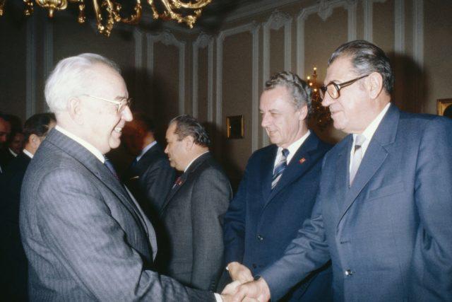 Prezident Gustáv Husák zdraví s předsedou Slovenské národní rady Viliamem Šalgovičem,  rok 1982 | foto: Karel Mevald,  ČTK