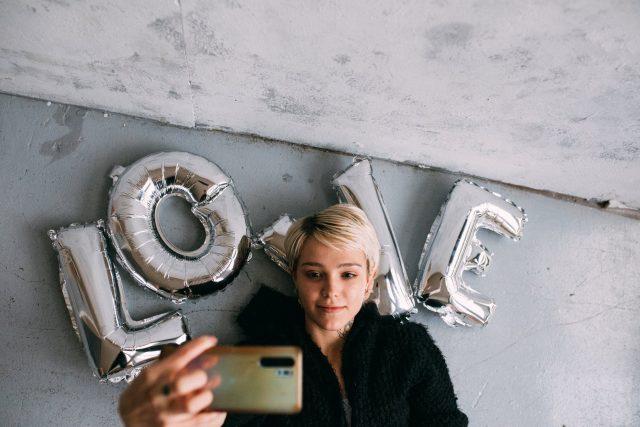 Výzkum informuje o tom,  že jedna ze tří dospívajících dívek pociťovala po delším pobytu na Instagramu horší vztah ke svému vlastnímu tělu | foto: Pexels,  CC0 1.0
