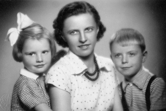 Jan Kozlík s matkou a sestrou v roce 1953