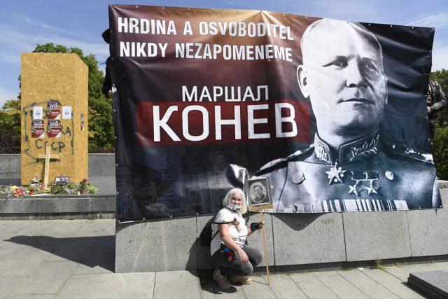 Čeští sympatizanti kontroverzních Nočních vlků přijeli na náměstí Interbrigády v Praze 6 a vyvěsili zde plakát maršala Koněva