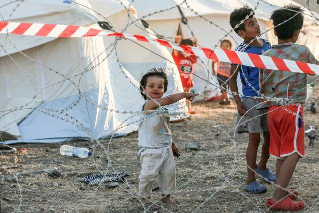 Děti migrantů v provizorním táboře po požáru tábora Moria
