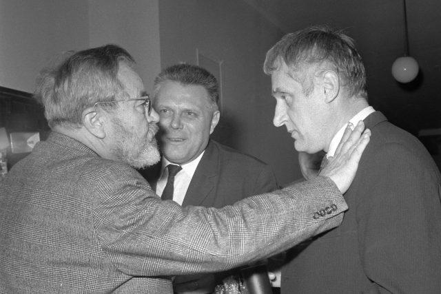 Jan Werich (vlevo) a režisér Evald Schorm (vpravo) na filmovém festivalu Finále 1968 v Plzni