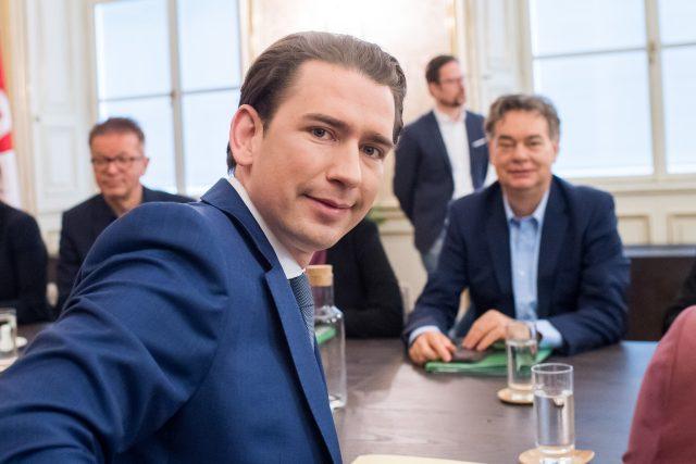 Šéf rakouských lidovců Sebastian Kurz (vlevo). V pozadí sedí budoucí vicekancléř a šéf Zelených Werner Kogler