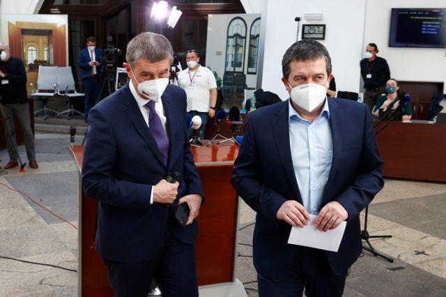 Premiér Andrej Babiš  (vlevo) a první místopředseda vlády Jan Hamáček vystoupili na mimořádné tiskové konferenci | foto: Petr Horník,  Právo / Profimedia