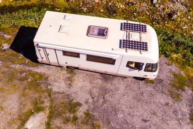 Vůz se solárním panelem na střeše   foto: Shutterstock